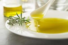 橄榄油用草本 免版税库存照片