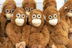 橙色猴子软的玩具在玩具店的柜台的 免版税库存图片