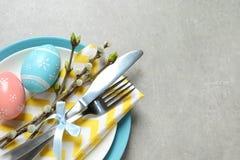 欢乐复活节桌设置用在颜色背景,顶视图的被绘的鸡蛋 库存图片