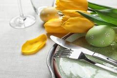 欢乐复活节桌设置用被绘的鸡蛋,特写镜头 免版税库存图片