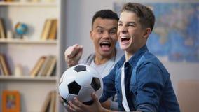 欢呼为足球队的多种族男性朋友,满意对成功的比赛 股票视频