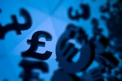 欧元和磅与许多镜象的货币符号 免版税库存图片