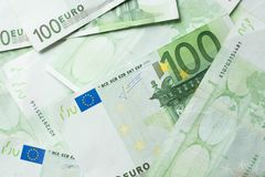 欧洲金钱银行 滚动欧元票据背景 发单欧元一百一个 欧洲批次 免版税库存图片