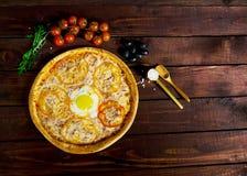 比萨用在美好的背景的鸡蛋 免版税库存图片