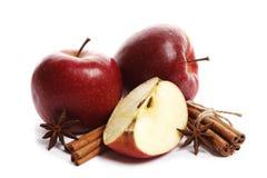 水多的成熟苹果用在白色背景和八角隔绝的桂香 免版税库存照片