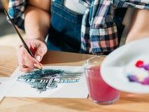 水彩绘画艺术家工作颜色绘画的技巧 免版税库存图片