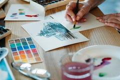 水彩绘画艺术家工作颜色绘画的技巧 免版税图库摄影