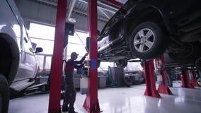 汽车业,技术员人培养在推力的车修理的在汽车服务站 影视素材