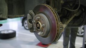 汽车修理店,在修理服务站的维护的车轮闸圆盘 股票录像