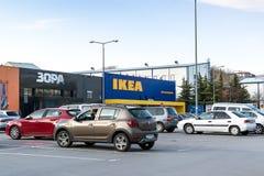 汽车在宜家家居商店中心的入口的附近停车场在瓦尔纳 宜家家居黄色和蓝色  在晴朗的春天的Cityview 库存照片