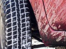 汽车和一个飞溅的身体的轮子 免版税库存照片
