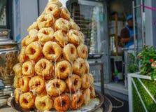 油炸圈饼山在街道咖啡馆的 库存图片