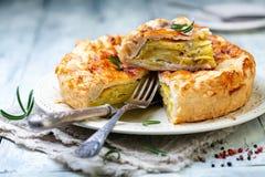 油酥点心饼盘用土豆和迷迭香 免版税库存图片
