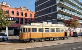 波尔图电车在波尔图街道上的城市游览 葡萄牙 免版税库存图片