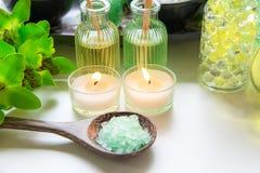 泰国温泉治疗芳香疗法盐和自然绿色糖洗刷和与绿色兰花花的石按摩在木白色wi 免版税库存图片