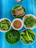 泰国食物、辣椒酱、虾酱、新鲜蔬菜和绿色煮沸的菜用草本油煎了鲭鱼 免版税库存图片