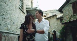 浪漫年轻美好的夫妇有散步在一条老意大利街道中间,看彼此的他们 股票录像