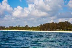 海岸线看法与海滩的在肯尼亚,非洲 人们、有波浪和海浪的游人在度假和海,在天空蔚蓝下 库存照片