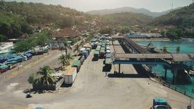 海岛与许多卡车的港口口岸鸟瞰图  股票录像