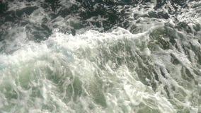 海水与泡沫似的波浪慢动作的轮渡足迹 股票视频