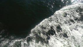海水与泡沫似的波浪慢动作的轮渡足迹 股票录像