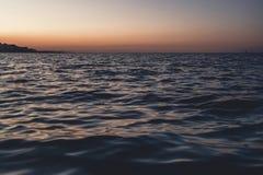 海波浪关闭,低角度视图, sunrsie射击 免版税库存照片