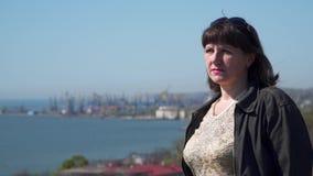 海海岸线的背景的年轻女人 股票视频
