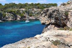 海滩岩石浇灌马略卡calapi旅行西班牙蓝色风景 库存照片
