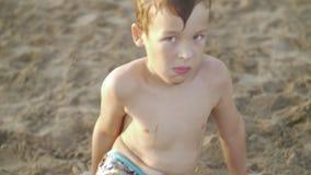海滩和他的沙子球的男孩 影视素材