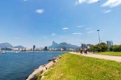 海滩和博塔福戈小海湾的全景早晨视图与它的大厦、小船和山在里约热内卢 免版税图库摄影