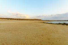 海滩和罗马渡槽的日落视图在凯瑟里雅 图库摄影
