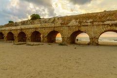 海滩和罗马渡槽的日落视图在凯瑟里雅 免版税图库摄影