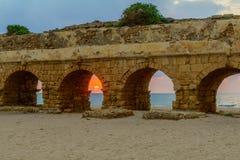 海滩和罗马渡槽的日落视图在凯瑟里雅 库存照片