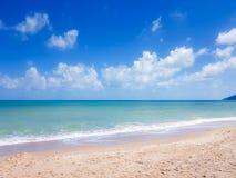 海滩和透明的海 免版税库存照片