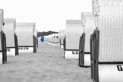 海滩睡椅一致白色波罗的海的许多和蓝色,水平在黑白色色的编辑 免版税库存图片