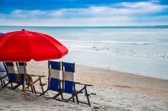 海滩睡椅和伞是一个完善的伴侣对在海滩的一天 免版税库存图片