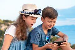 海滩的年轻博客作者 希腊的美丽如画的地方 图库摄影