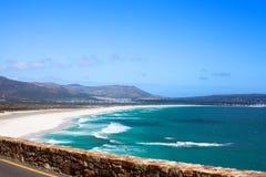 海景,绿松石海洋水波,天空蔚蓝,白色沙子偏僻的海滩全景Chapmans峰顶推进路,南非海岸t 库存照片