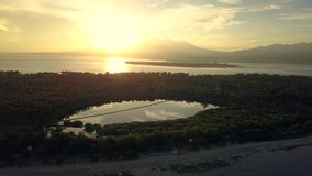 海美好的空中风景有热带海岛的日落的 股票录像