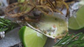 海鲜构成 特写镜头牡蛎烘烤与乳酪、葱和石灰关闭 意大利烹调用海鲜 食物 股票视频