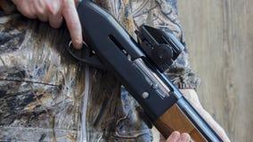 12测量仪回合和camo猎枪 免版税库存照片
