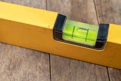测量表面的倾斜使用水平仪的 机械工的测量的辅助部件 库存照片