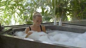 浴缸的少妇 股票录像