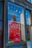 消费者至上主义和销售在街市在有市政厅的反射的马斯特里赫特 图库摄影