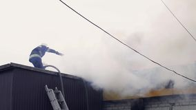 消防队员熄灭一个灼烧的大厦 股票录像