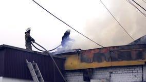 消防队员熄灭一个灼烧的大厦 股票视频