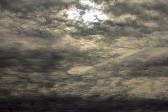 深灰用云彩盖的秋天多云天空 免版税库存照片