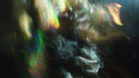 混乱荧光的闪光,畸变,小故障,光的运动在温暖的颜色的反对黑暗的背景 股票录像