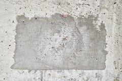 混凝土一个方形的补丁与老难看的东西作用的 安置文本 免版税库存图片