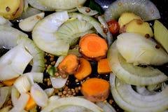 混杂的cartots用葱和姜在平底锅 库存图片
